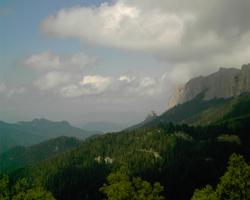 Стена  Тхача и скала Колокольня. Вид с балагана Шестаково